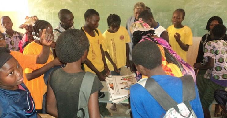 Schüler/innen einer Mittelschule in der Hauptstadt bestaunen die gerade eingetroffenen Aufklärungsmaterialien. (Foto: AMPO, Burkina Faso)