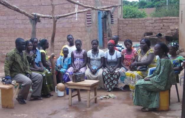 Rechtes Bild: Eine Gruppe von Hörer/innen einer Rundfunksendung zur Unterlassung der Mädchenbeschneidung. Der Kofferradio wurde speziell dazu geliehen.   (Foto: AFD, Burkina Faso)