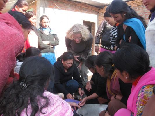 Nepal 2010 Frauen zeigen der dt Betreuerin IMG_3185_gross