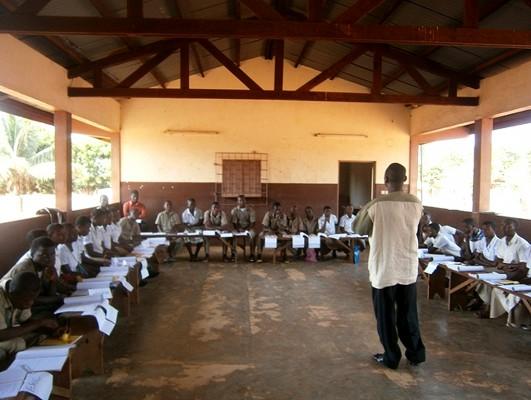 Ausbildung von neuen Schüler/innen für die Aufklärung von Gleichaltrigen in einem der Jugendgesundheitszentren