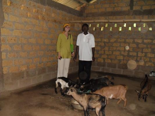 Lavié 2010 dt Praktikantin besucht einen Ziegenzüchter - mittels Kredit vom Projekt CIMG1468