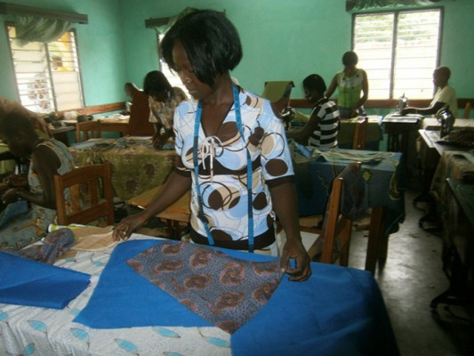 Lavié 2012 Schneiderlehrlinge haben ihre Gesellenprüfung im Jugendgesundheitszentrum = examen de CFA au centre