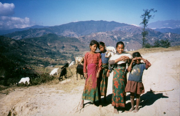 In Nepal wird das Land an den Berghängen bereits bestmöglich durch mühsamen, kleinräumigen Terrassenanbau landwirtschaftlich genutzt (s. Hintergrund links) – und viele Mädchen müssen früh beim Ziegenhüten u. a. helfen. Trotzdem ist Nepal schon seit Jahren vom Import von Nahrungsmitteln abhängig. (Foto: Dr. Gudrun Eger-Harsch)