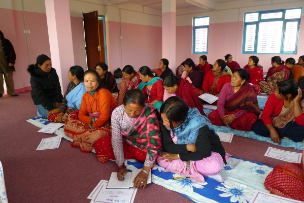 Nepal 2010 - Vergabe Zeugnisse Alphabetisierungskurs P1010327
