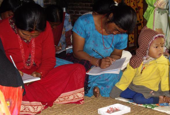 Frauen in einem Alphabetisierungskurs schreiben eifrig erste Sätze. Eine hat ihr Kind mitgebracht. (Fotos: Dr. Ilse-Dore Schütt)