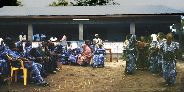 Frauen tanzen zur Einweihung der Gesundheitsstation in Dassa. (Foto: Ulrich Harsch)