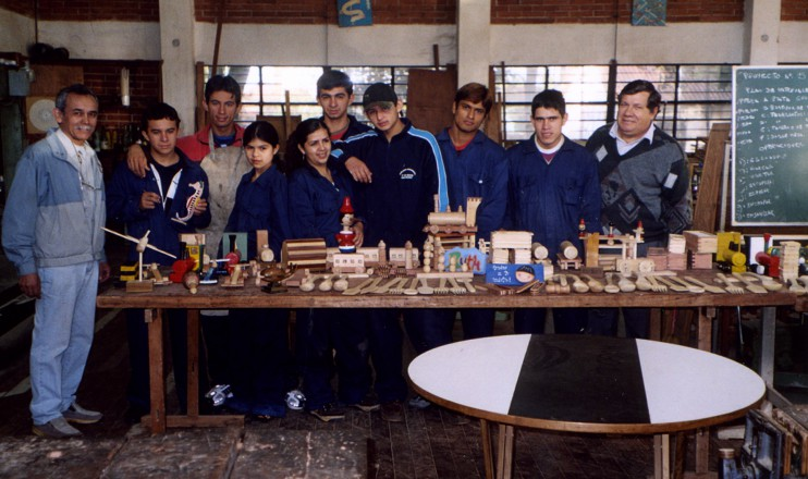 Die acht Schreinerlehrlinge, die im Rahmen des Projekts ausgebildet wurden, mit ihren Lehrern und den Ergebnissen ihrer praktischen Prüfung