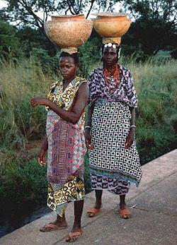 """Frauen der Ethnie der Peul oder Fulbe im Nordwesten von Burkina Faso. Sie wurden bisher alle beschnitten und gelten als besonders """"resistent"""" gegen Maßnahmen zur Unterlassung des Eingriffs. (Foto: Karl Wilhelm Simonis)"""