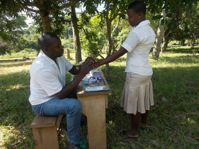 Blutentnahme für einen HIV-Test im Rahmen eines Projekts von Lebenschancen in Togo – weitab von jeglicher Gesundheitsstation (Foto: SILD, Togo)