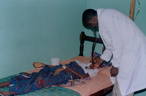 Eine Mutter von drei Kindern im Endstadium von AIDS in einer Gesundheitsstation von Togo. Sie hat wenigstens medizinische Versorgung, was die meisten Sterbenden in Togo dann nicht haben. (Foto: SILD, Togo)