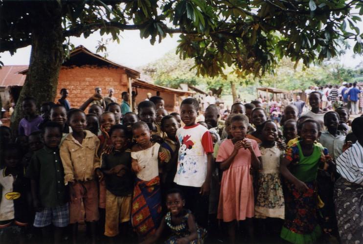 Kinder in Togo begrüßen eine deutsche Besucherin: Etwa  3 % der unter 15-jährigen sind Aidswaisen und wachsen in Heimen auf oder bei der weiteren Verwandtschaft, wo sie aber meistens früh für ihren Lebensunterhalt arbeiten müssen. (Foto: Klara Hauß)