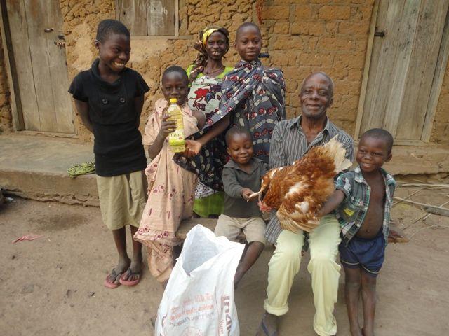 La famille EHO Kety devant leur colis tout en souriant